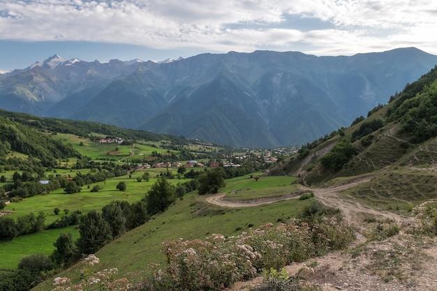 Wioska swanetia pod ogromnymi górami
