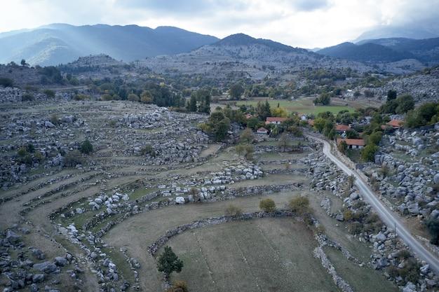Wioska w dolinie między górami
