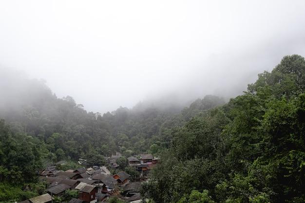 Wioska w głębokiej dolinie we mgle, mae kampong, chiangmai, tajlandia.