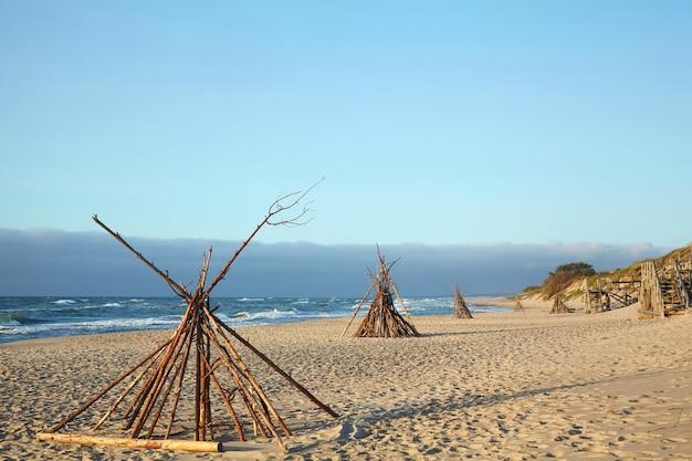 Wioska wigwamów nad brzegiem morza. dzikie życie na plaży