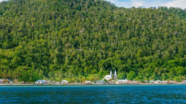 Wioska z kościołem na wyspie monsuar. raja ampat, indonezja, papua zachodnia.