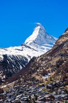 Wioska zermatt ze szczytem matterhorn w tle