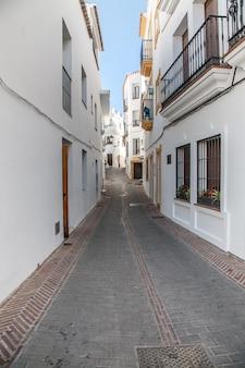 Wioski andaluzji z kwiatami na ulicach