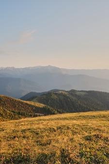 Wiosna górski krajobraz. resort krasnaya polyana red meadow. rosja.