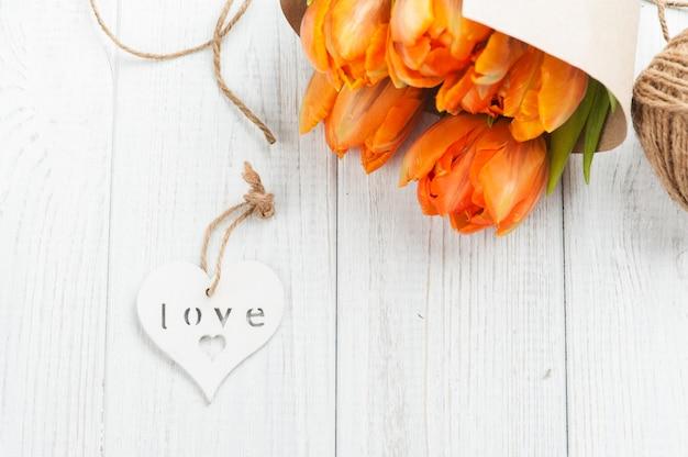Wiosna kartkę z życzeniami z pomarańczowymi tulipanami