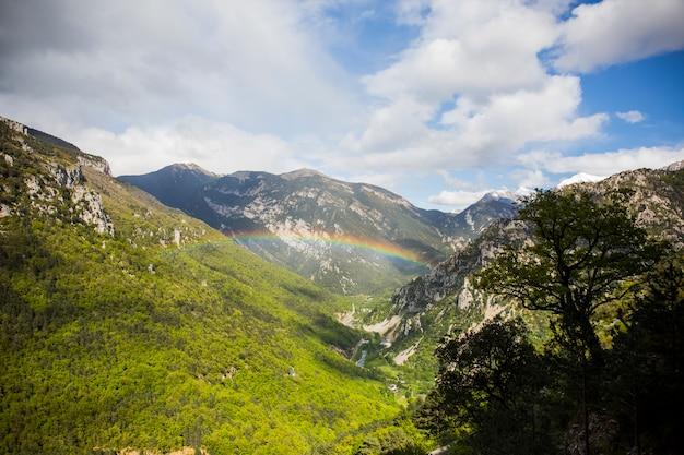 Wiosna krajobraz i tęcza w pirenejach aragońskich