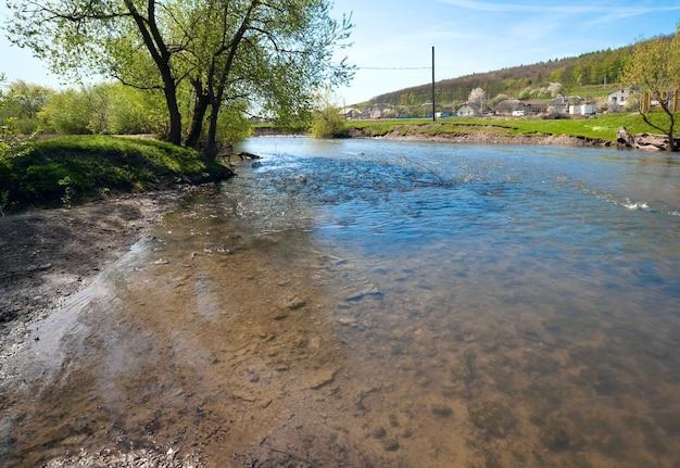 Wiosna krajobraz kraju z wsi i rzeki (obwód lwowski, ukraina).