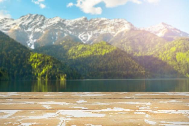 Wiosna krajobraz z drewnianym stołem