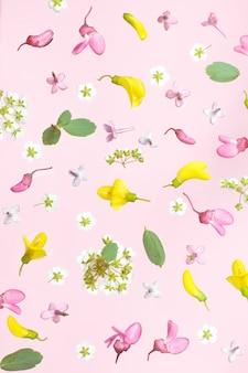 Wiosna kwiaty. wzór wykonany z żółtych, białych i różowych kwiatów na różu