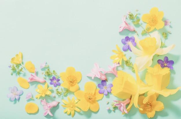 Wiosna kwitnie na zielonym tle