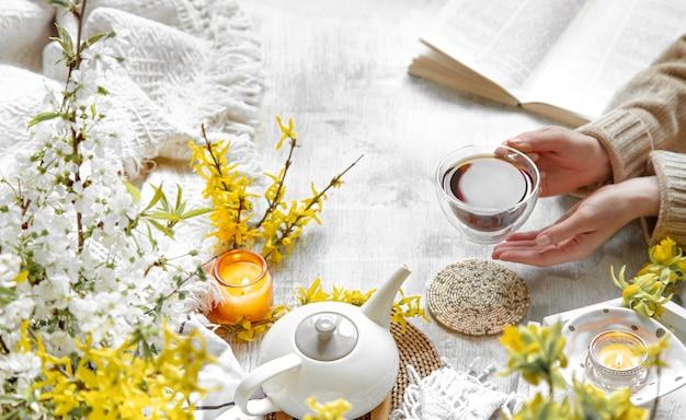 Wiosna martwa natura z filiżanką herbaty i kwiatów.