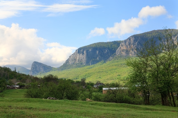 Wiosną masyw górski krajobraz i wieś na pierwszym planie