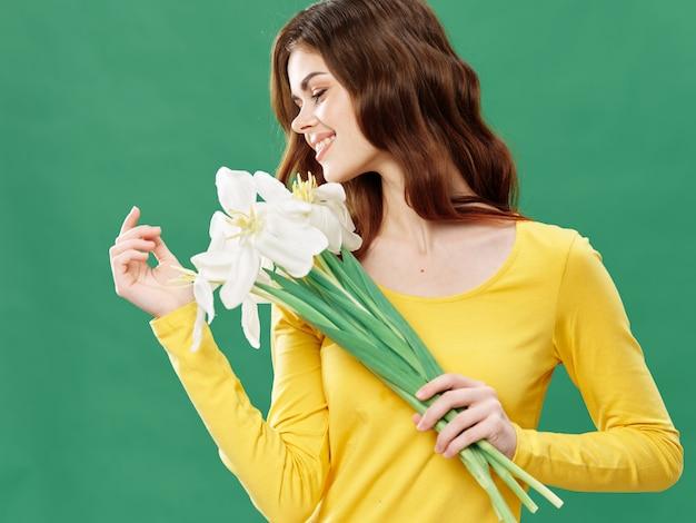 Wiosna młoda piękna dziewczyna z kwiatami, kobieta pozuje z bukietem kwiatów, dzień kobiet