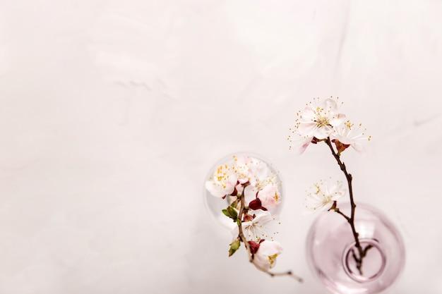 Wiosna neutralny lekki minimalistyczny tło z białymi kwiatami na gałąź z copyspace