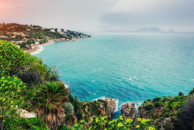 Wiosna panorama miasta wybrzeża morskiego trapany. sycylia, włochy, europa