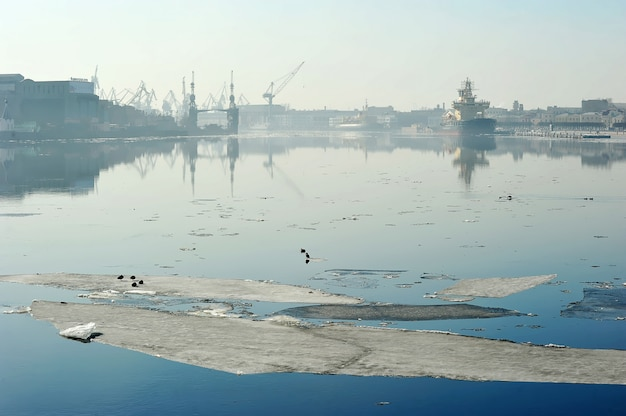 Wiosna przerwa na rzecznym neva i widoku admiralici stocznia, st. petersburg, rosja