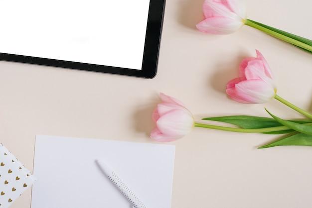 Wiosną tło płaskie ukształtowanie różowe tulipany z makieta tabletu, miejsce na tekst. dzień matki czy walentynki