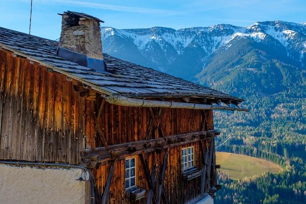 Wiosna w dolomitach. widok na domy stojące na zielonych zboczach góry. wioski san pietro i santa maddalena.
