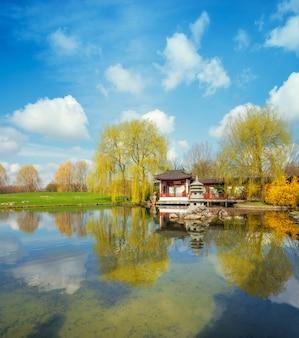 Wiosna w formalnym chińskim ogrodzie w jasny, słoneczny dzień