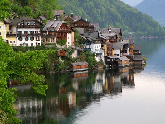 Wiosna w malowniczej lake village w hallstatt, austria