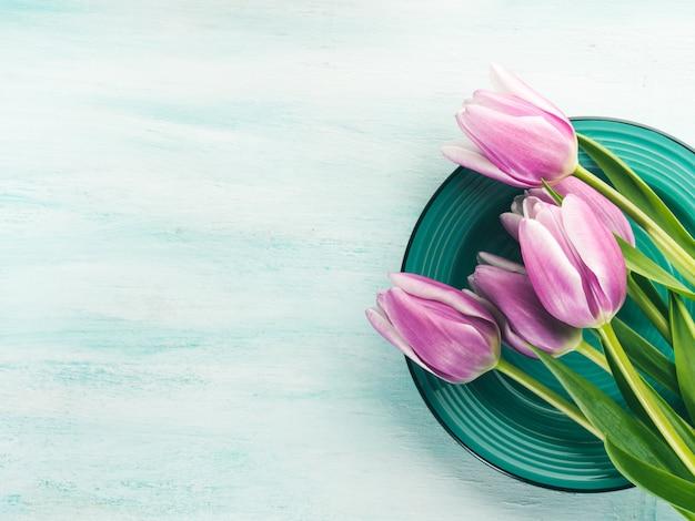 Wiosna wielkanoc fioletowy tulipan