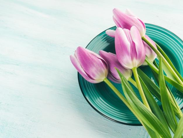 Wiosna wielkanocny fioletowy tulipan kwiatowy zielony pastel