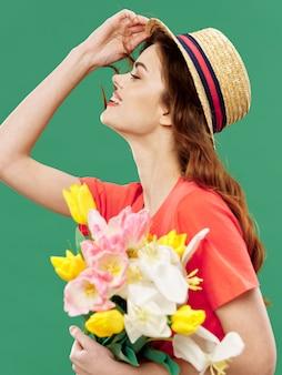 Wiosny młoda piękna dziewczyna z kwiatami na kolorowym studiu, kobieta pozuje z bukietem kwiatów, dzień kobiet