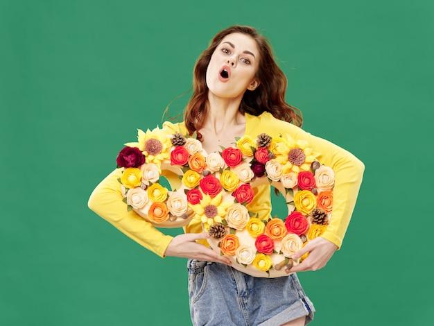 Wiosny młoda piękna dziewczyna z kwiatami