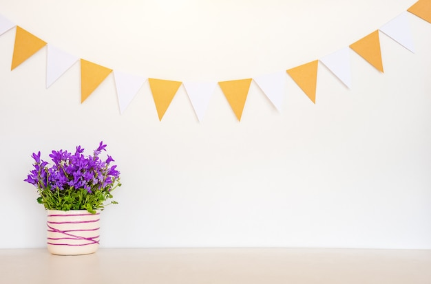 Wiosny tło z kwiatami i girlandami zaznacza