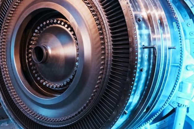 Wirnik generatora turbiny z łopatkami i tarczami, widok wnętrza. elementy, detale i mechanizmy turbin. energetyka i inżynieria mechaniczna