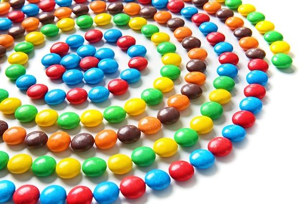 Wirówka z pysznych cukierków na białej powierzchni