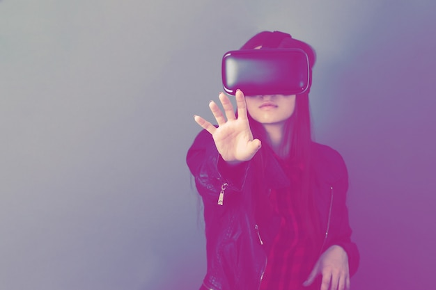 Wirtualna rzeczywistość i nowoczesne technologie. dziewczyna grająca w okularach vr. koncepcja przyszłości