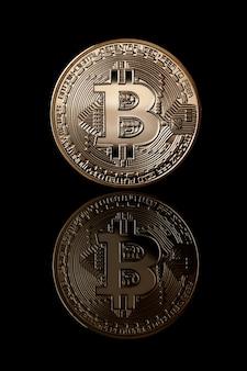 Wirtualne monety bitcoin. złota moneta bitcoin od strony twarzy na białym tle. pomysł na biznes. kryptowaluta bitcoin.
