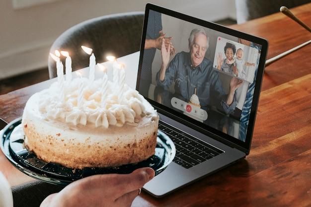 Wirtualne przyjęcie urodzinowe za pośrednictwem połączenia wideo na laptopie w nowej normie