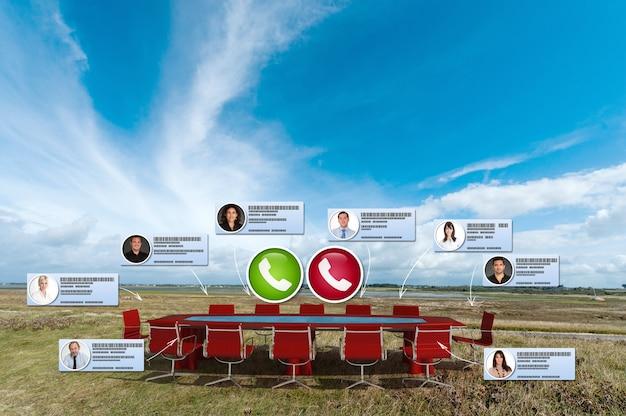 Wirtualne spotkanie biznesowe odbywające się w szczerym polu