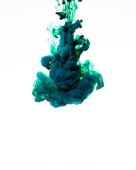 Wirująca chmura niebieskiego atramentu w ruchu