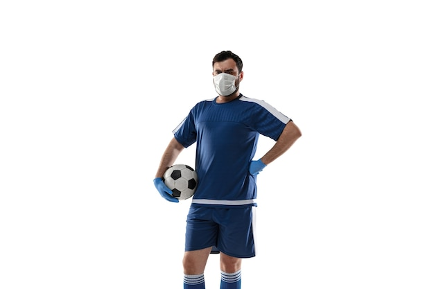 Wirus uderzeniowy. piłka nożna, piłkarz w masce ochronnej i rękawiczkach.