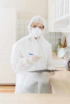 Wirusolodzy przeprowadzają profesjonalne czyszczenie za pomocą środka dezynfekującego lub gazu, sprzętu gospodarstwa domowego, mieszkania.
