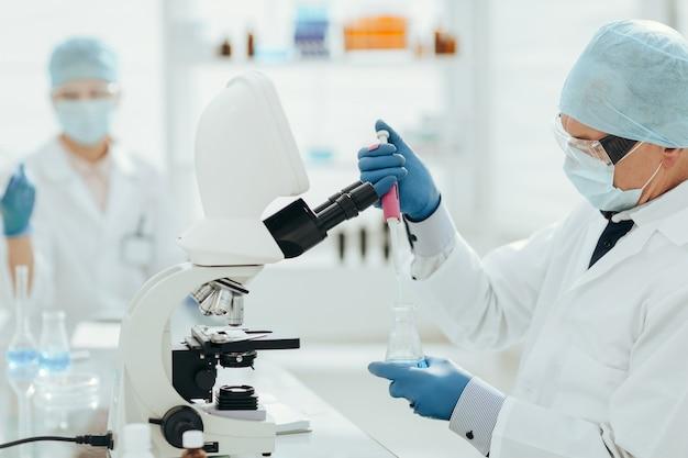 Wirusolodzy zajmują się nauką laboratoryjną i zdrowiem.