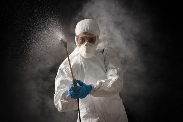 Wirusologowie noszący zestawy środków ochrony indywidualnej czyszczą wirusa