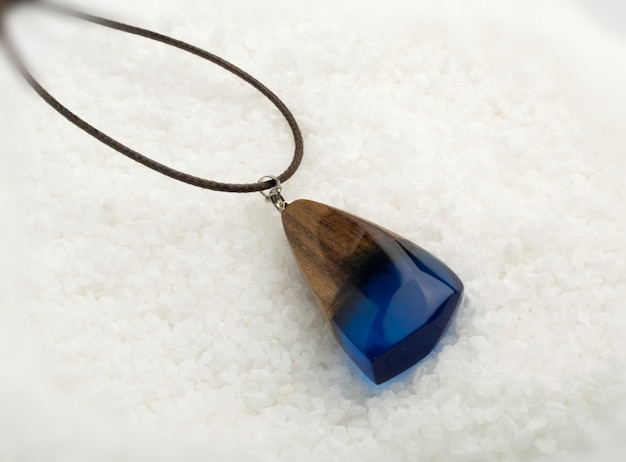 Wisiorek z biżuterią z niebieskim kryształem