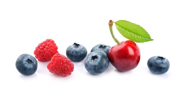 Wiśnia, malina i jagody.