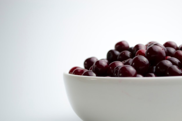 Wiśnia na białym tle soczysta wiśnia na fototapetę w twojej kuchni
