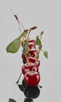 Wiśnia na białym tle, zbliżenie selektywne focus. owoce rolnicze z targu