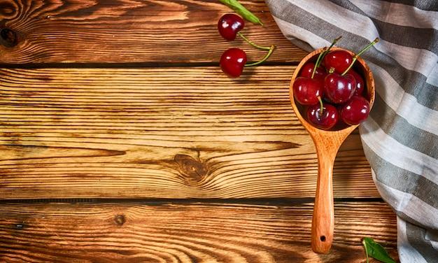 Wiśnia na drewnianym stole