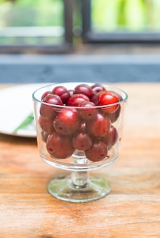 Wiśnia w misce na stół jadalny