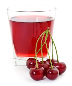 Wiśnie i szklanka soku wiśniowego na białym tle