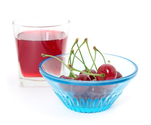 Wiśnie i szklanka soku wiśniowego