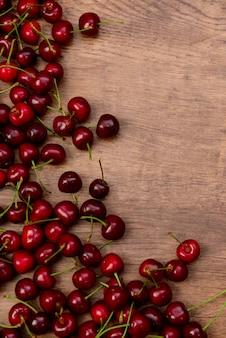 Wiśnie na drewnianym stole