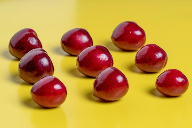 Wiśnie w kształcie kwadratu. zdrowa żywność, kuchnia wegetariańska, świeże owoce, płaskie lay